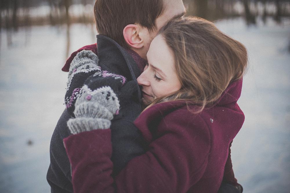 novios se quieren en la nieve